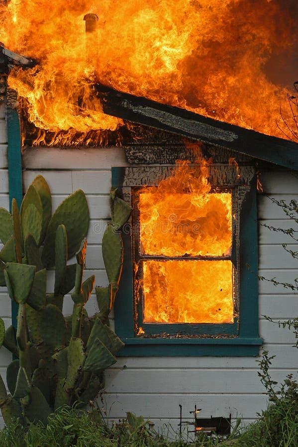 Haus auf Feuer stockbilder