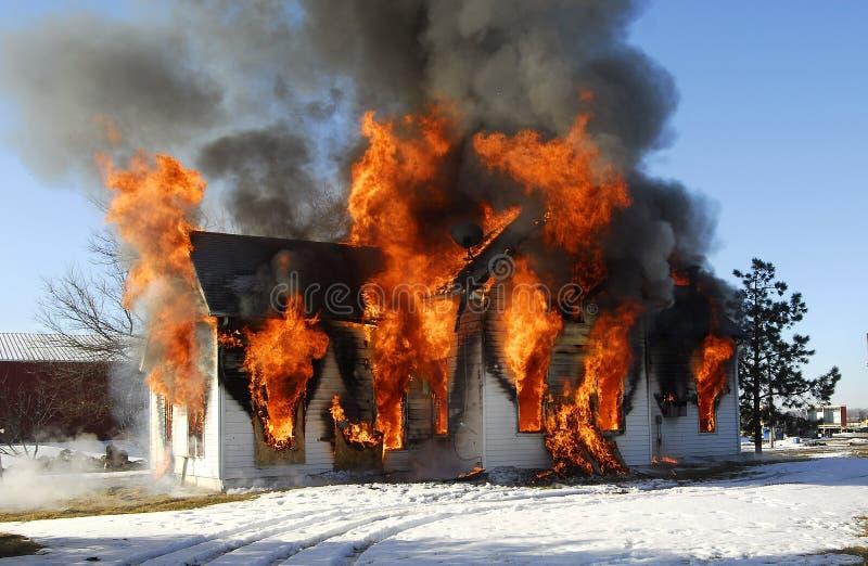 Haus auf Feuer lizenzfreie stockfotografie