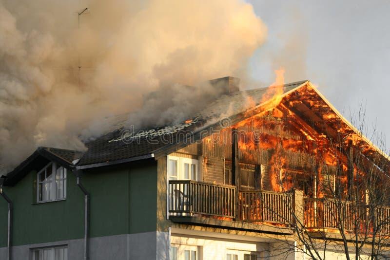 Haus auf Feuer stockbild