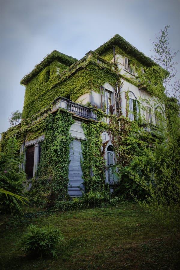 Haus auf frequentiertem Hügel stockfoto