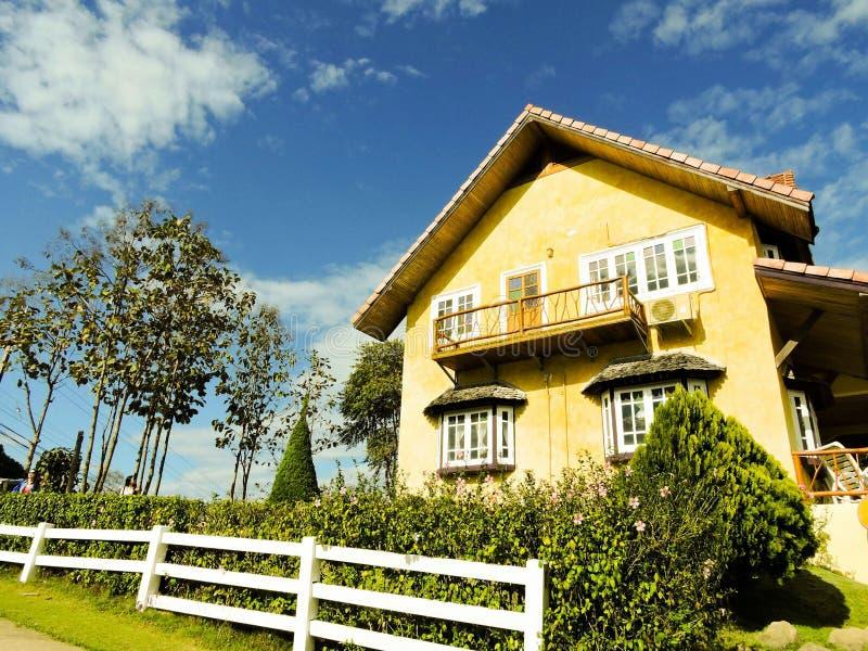 Haus auf Hügel stockbilder