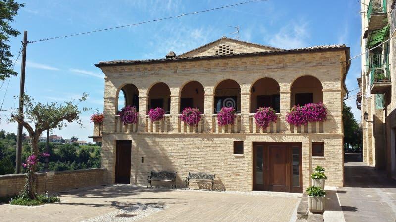 Haus auf Hügel Creccio Abruzzo Italien lizenzfreies stockfoto