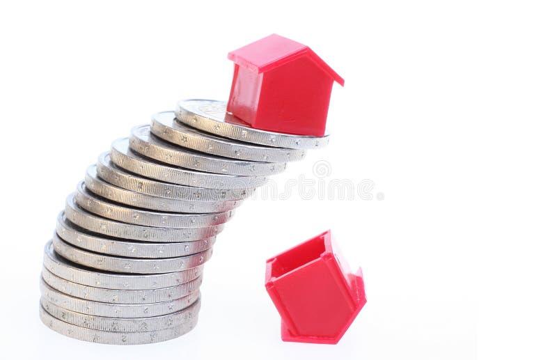 Haus auf Münzen stockfoto