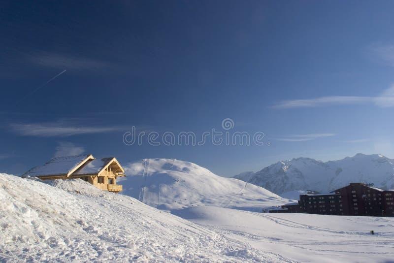 Haus auf Schnee lizenzfreies stockfoto