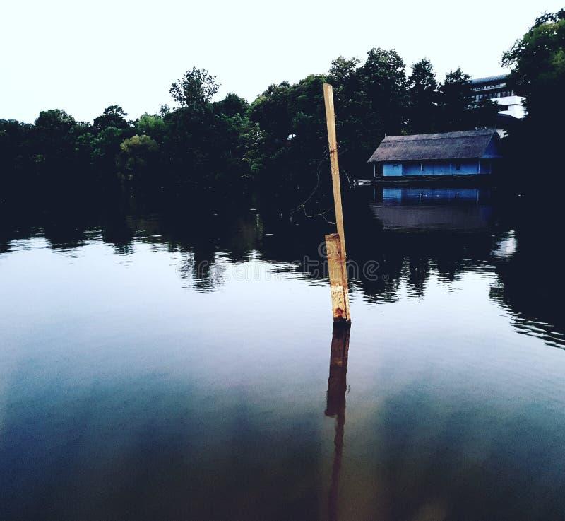 Haus auf Ufersee stockbilder