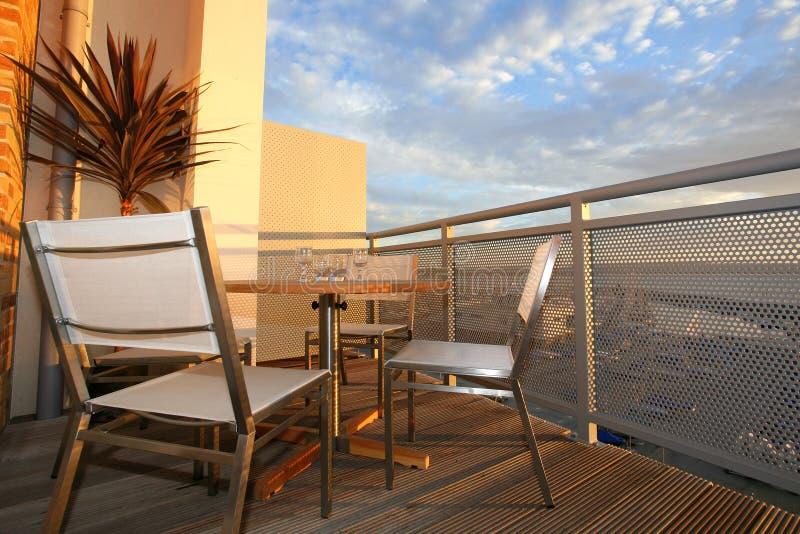 Haus-Balkon-Patio am Sonnenuntergang lizenzfreies stockfoto