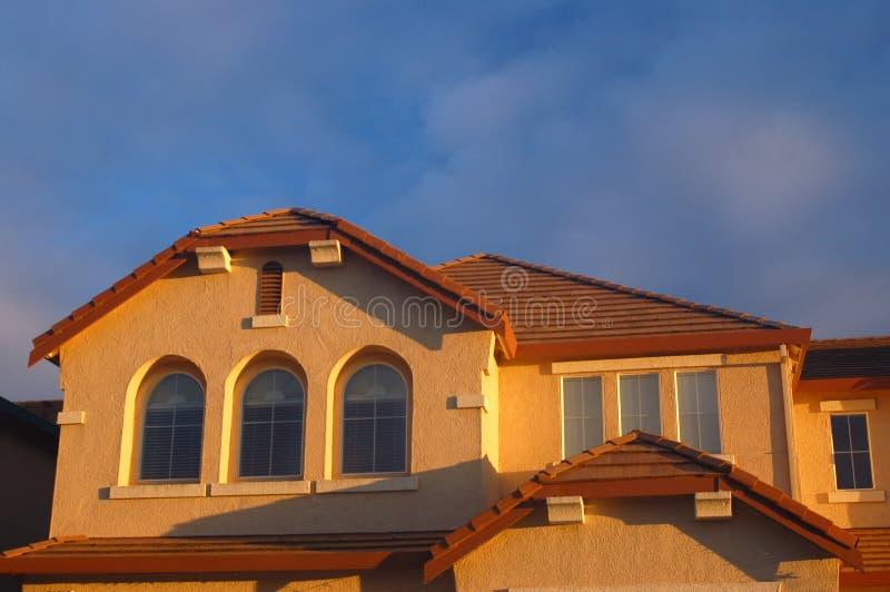 Haus beleuchtete, indem es Sonne glättete stockbild