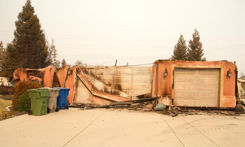 Haus brannte durch Carr-Feuer in Redding Kalifornien lizenzfreies stockbild