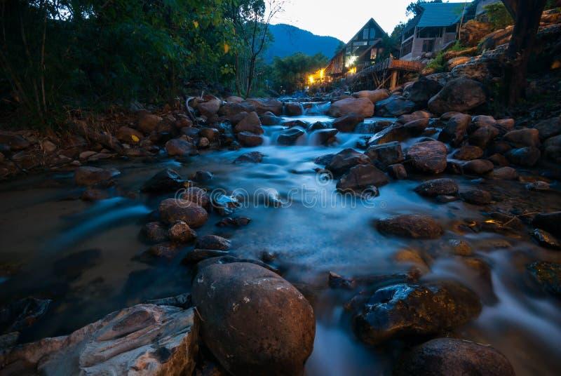 Haus dazu des Wasserfalls im Berg, Thailand lizenzfreie stockfotos