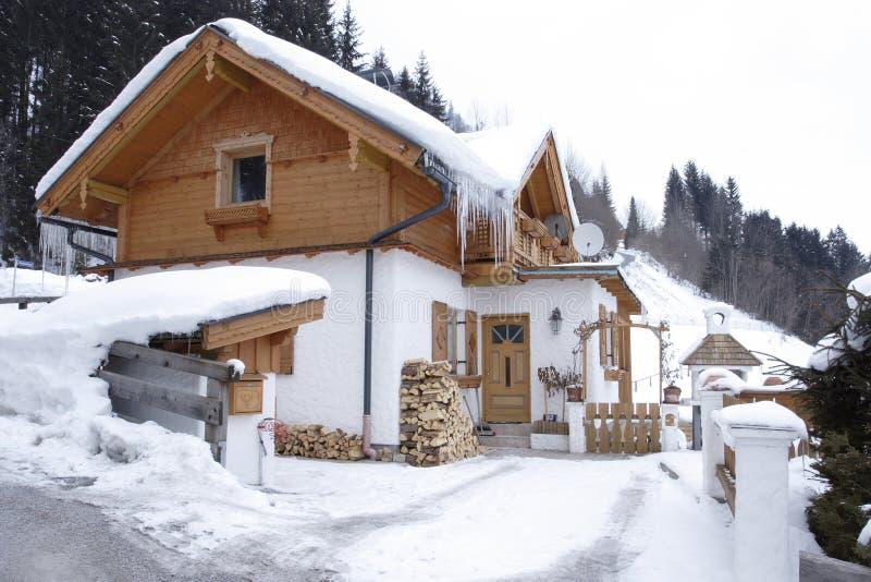 Haus in den Alpen stockfoto
