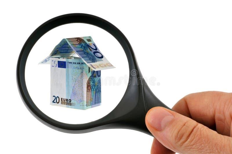 Haus in den Banknoten überprüft mit einer Lupe stockbilder