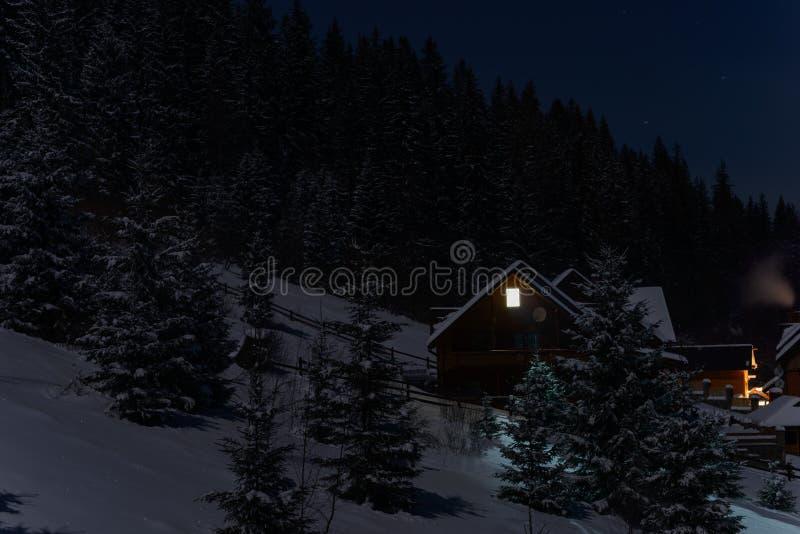 Haus in den Bergen Gehende Leute auf der Straße stockfoto