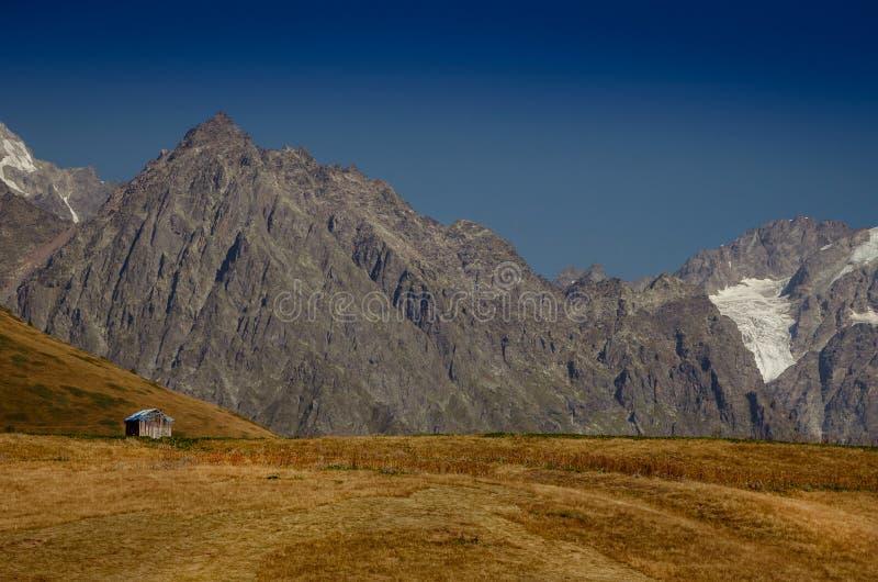Haus in den Bergen Oberes Svaneti die Haupt-Kavkaz-Kante GE stockbild
