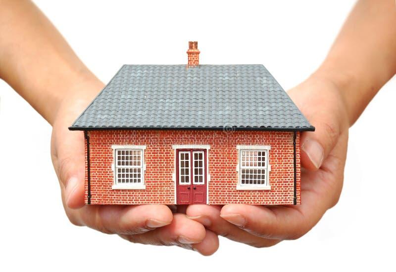 Haus in den Händen stockfotos