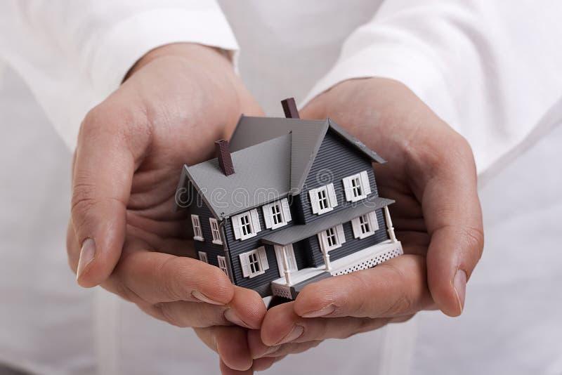 Haus in den Händen stockfotografie