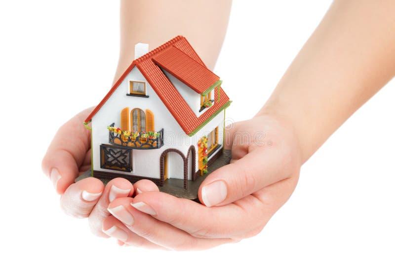 Haus in den Händen stockbild