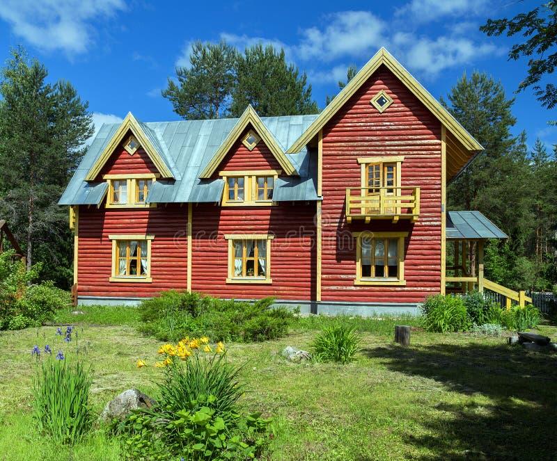 Haus in den russischen Dorfanziehungskräften in Verkhniye Mandrogi stockfotografie