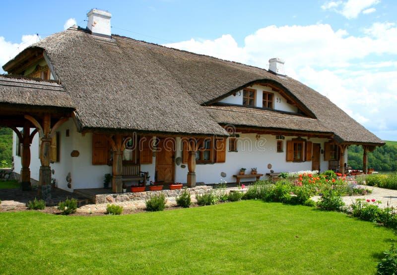 Haus der alten Art im Land lizenzfreie stockfotos