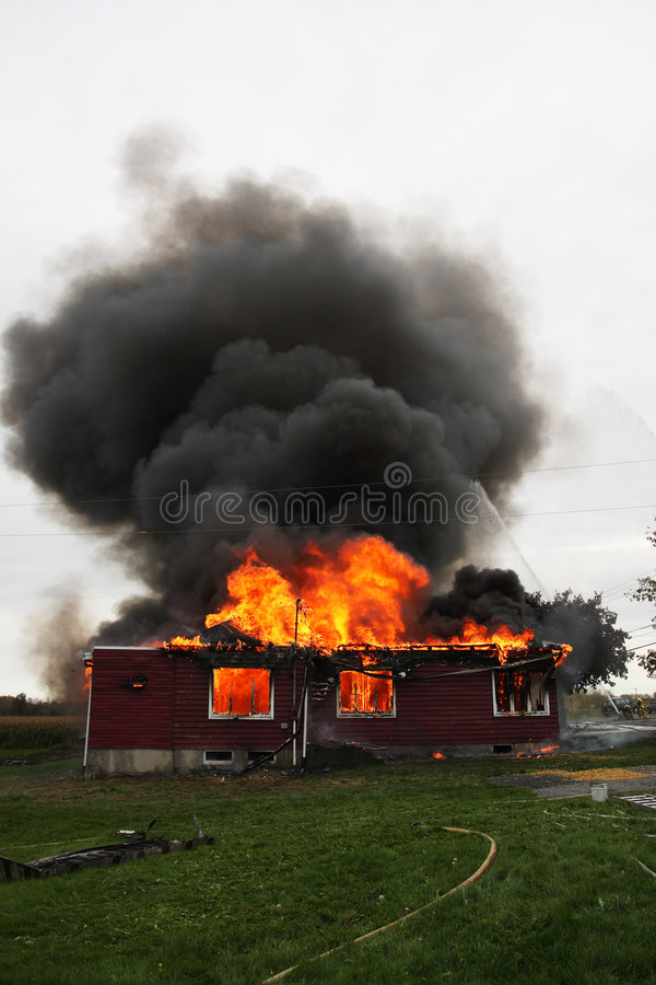 Haus in der Flamme stockbilder