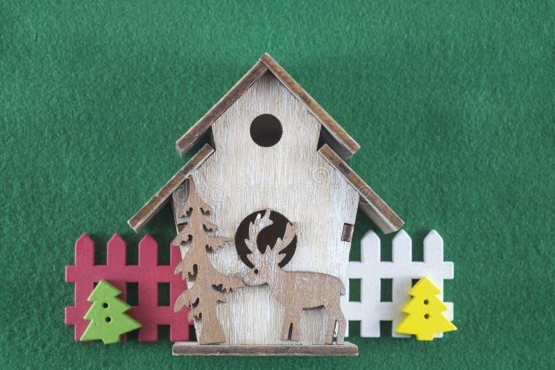 Haus der frohen Weihnachten und des guten Rutsch ins Neue Jahr, Santa Clauss und Weihnachtsbäume auf grünem Hintergrund lizenzfreie stockfotografie