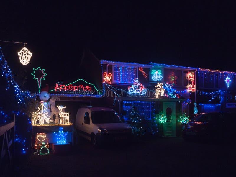Haus an der Nachtbedeckung in Weihnachtslicht-Dekoration electrici lizenzfreie stockbilder