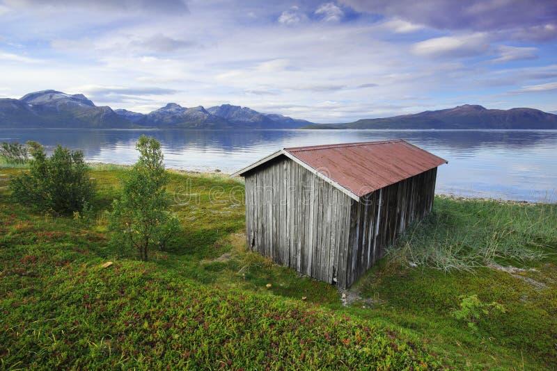 Haus des kleinen Bootes auf den norwegischen Fjorden stockbild