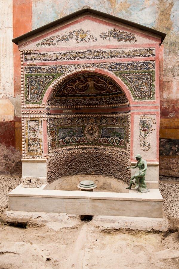 Haus des kleinen Brunnens in der alten Stadt von Pompeji stockbilder