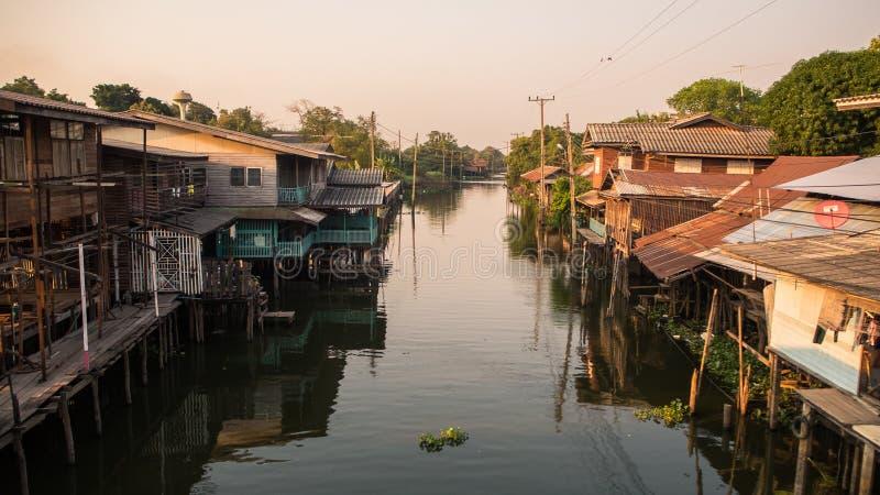 Haus durch den Fluss lizenzfreie stockfotografie