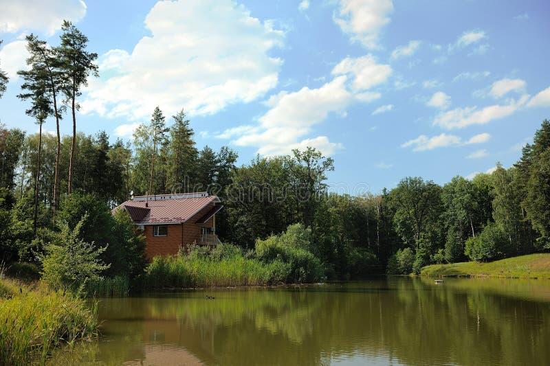Haus durch den Fluss stockbild