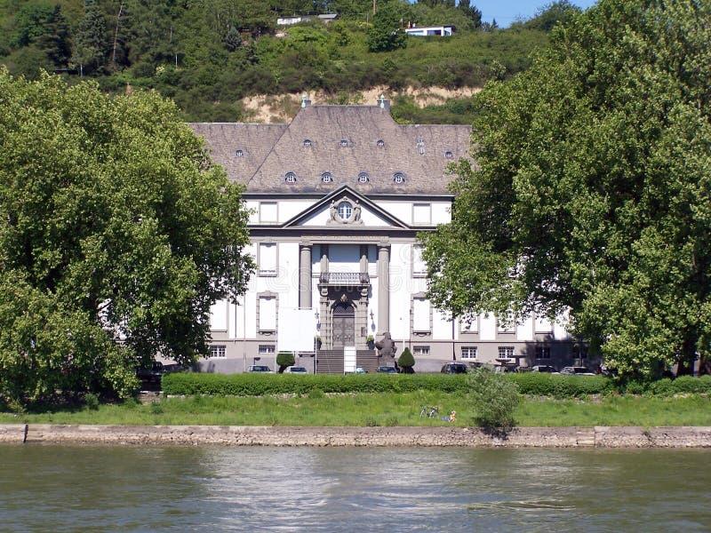 Haus durch den Fluss stockfoto