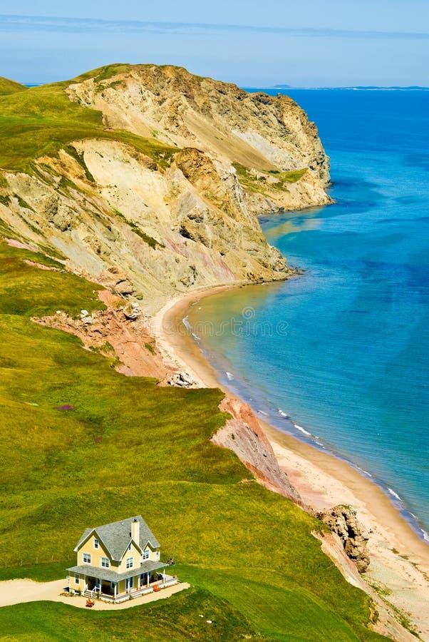 Haus durch den Ozean, Magdalen Islands, Iles de la Madeleine lizenzfreies stockbild