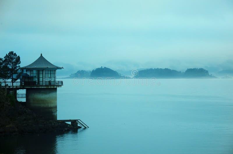 Haus durch den See lizenzfreie stockfotografie