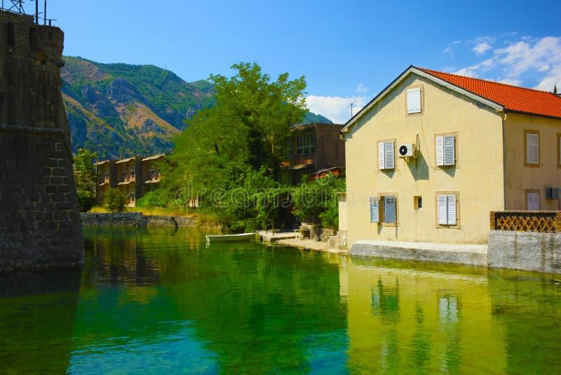 Haus durch den Teich stockfotos