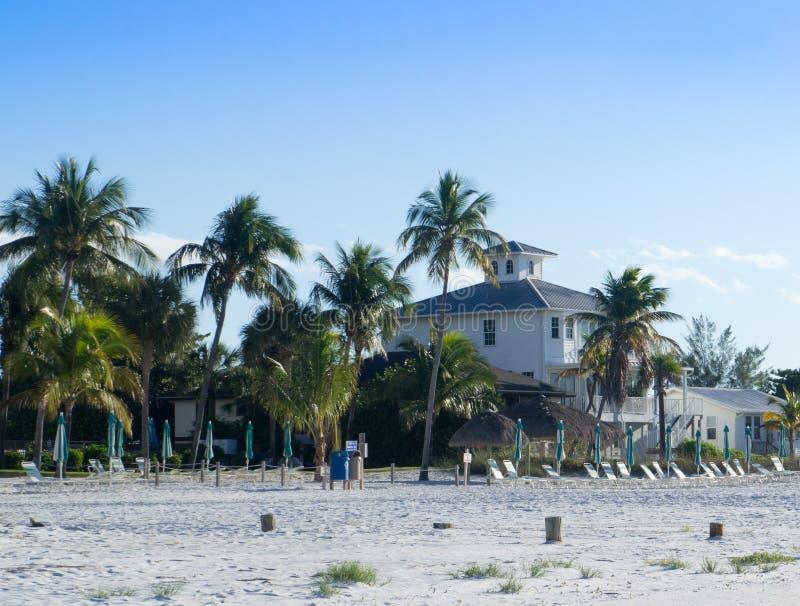 Haus entlang tropischem Strand lizenzfreies stockbild