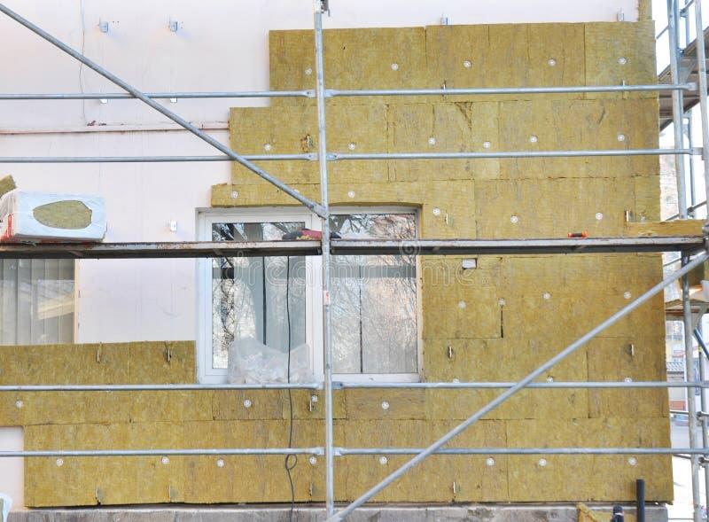Haus-externe Wand-Isolierung mit Fiberglas Energiesparendes Konzept stockfotografie