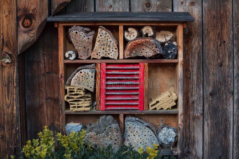 Haus für Insekten - Insektenhotel stockbilder