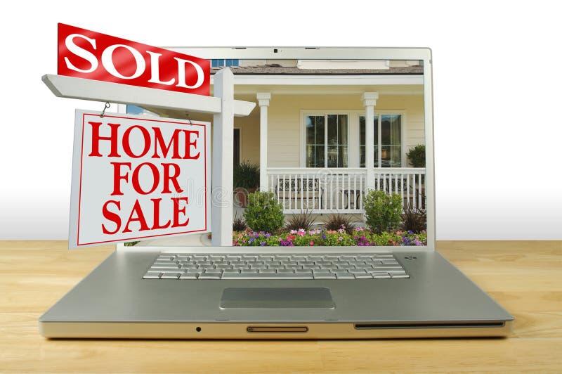 Haus für Verkaufs-Zeichen auf Laptop stockfotografie