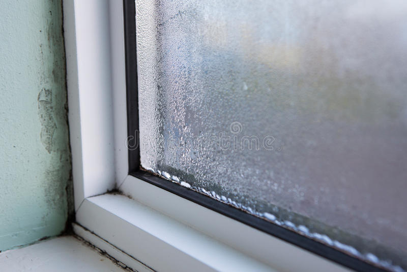 Download Haus Fenster Mit Feuchtigkeit Und Kondensation Stockbild   Bild  Von Wiedereinbau, Mehltau: