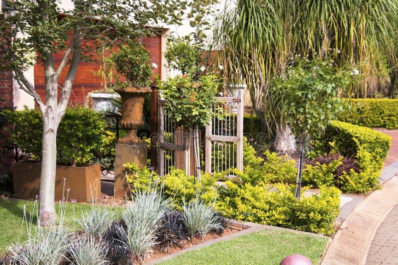 Haus-Garten-Eingang stockfoto. Bild von strauch, grün - 58130896