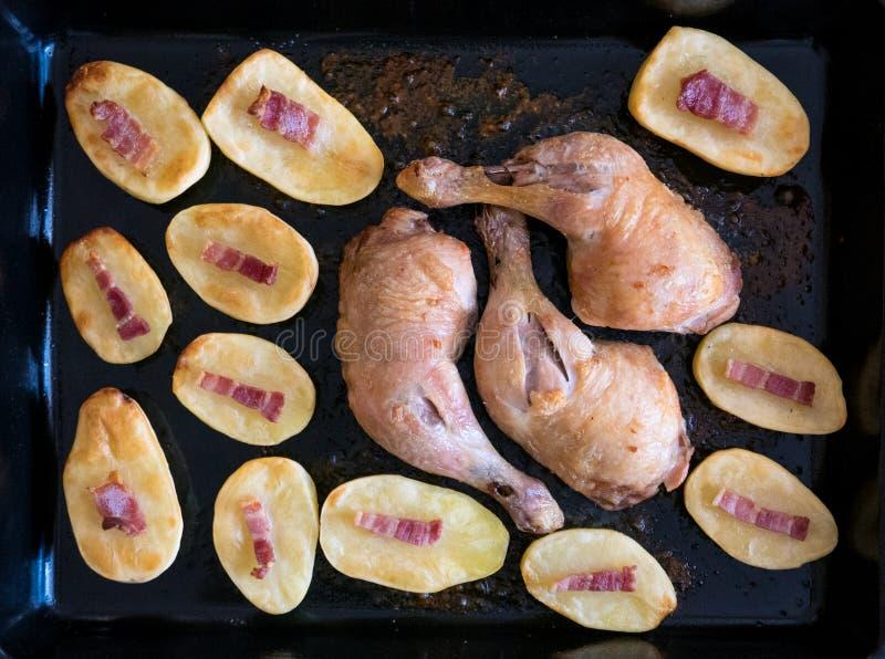 Haus gebackene Hühnerbeine und Kartoffel stockfotografie