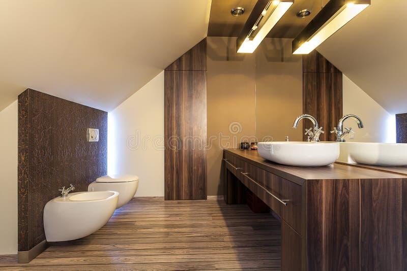 Haus- hölzernes Badezimmer des Landes stockfotografie