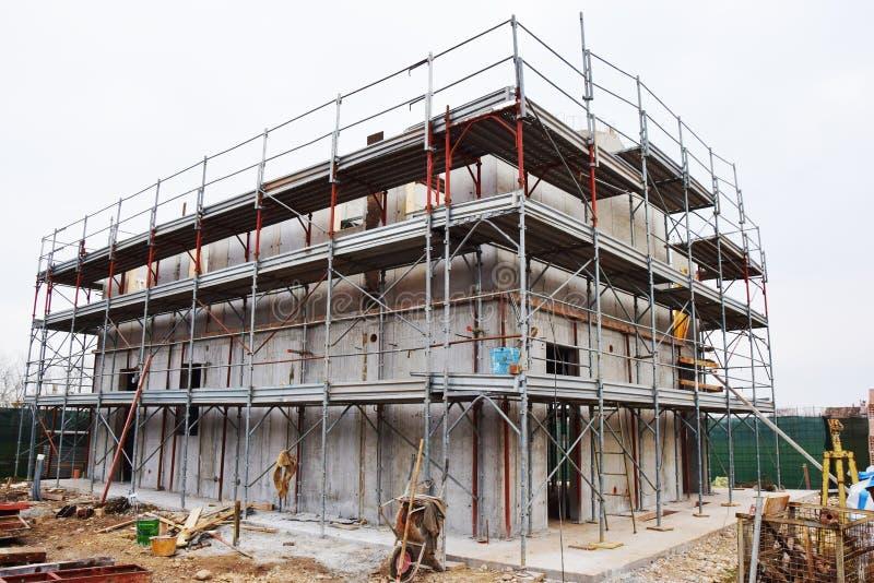Haus im Bau, Gestell, in Italien, Baustelle, sichere tecniques lizenzfreie stockfotos