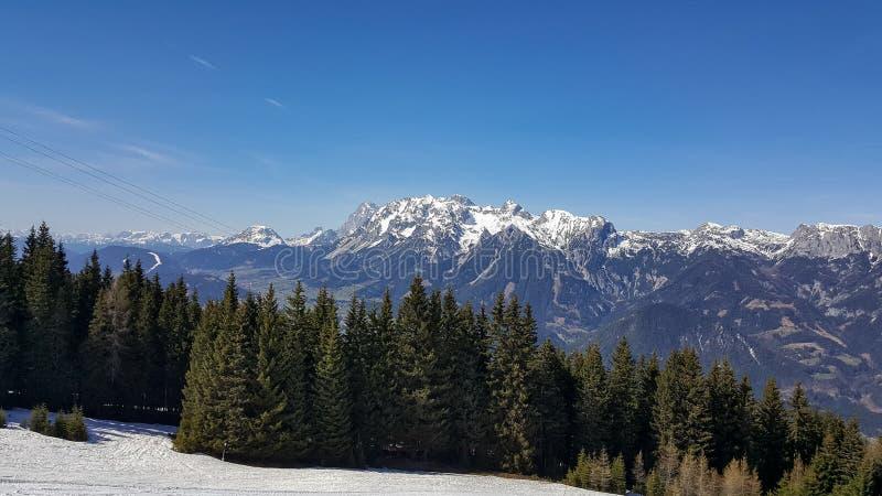 Haus im Ennstal, Steiermark/Österreich - 31. März 2017: Aussicht von einem Berggipfel des Hauser Kaibing über das Tal unten lizenzfreie stockfotografie