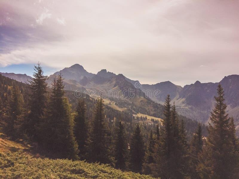 Haus im Ennstal, Steiermark/Austria - septiembre de 2016: opiniones durante un alza de la montaña foto de archivo