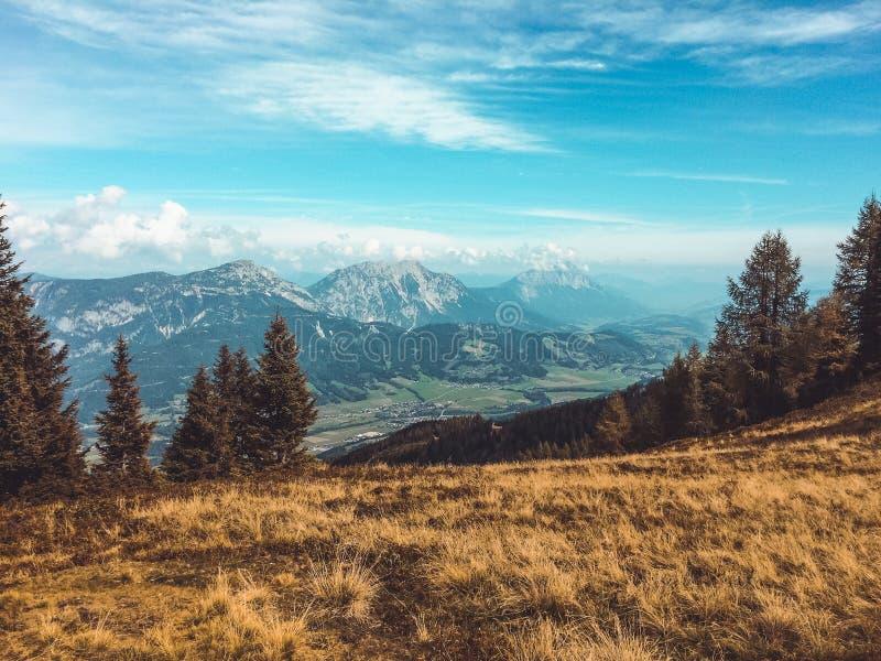 Haus im Ennstal, Steiermark/Oostenrijk - September 2016 - bekijkt van Hauser Kaibling over de vallei en de Dachstein-Gletsjer stock fotografie