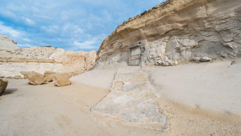 Haus im Felsen mit einem Lagerraum, alte, historische Architektur in einem Sandstein stockfoto