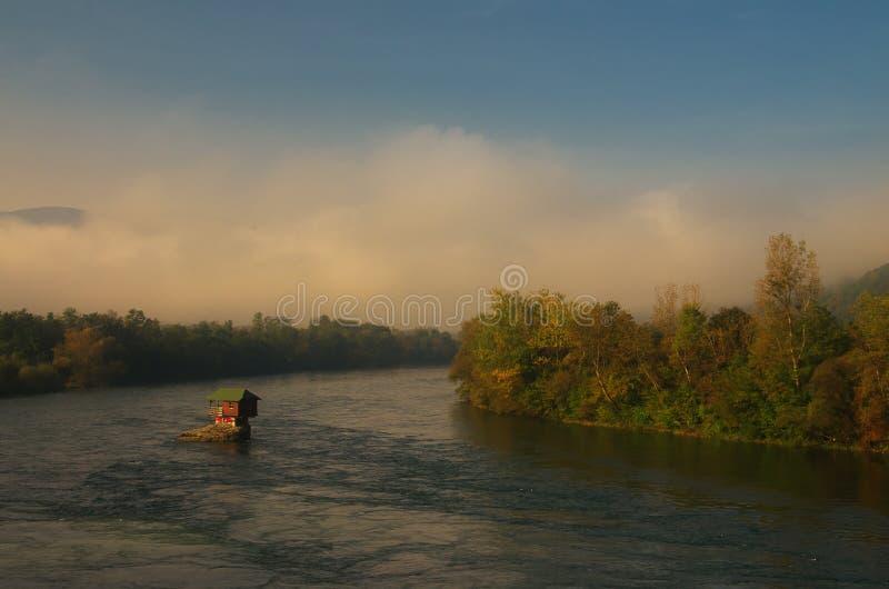 Haus im Fluss Drina nahe Bajina Basta, West-Serbien lizenzfreies stockbild
