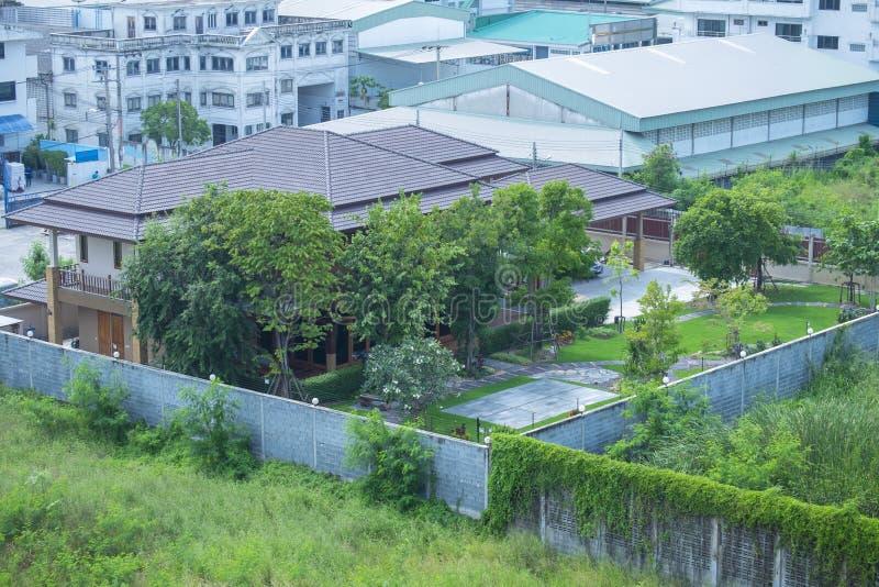 Haus im Garten stockbilder