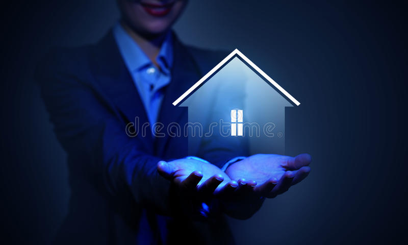 Haus im Rettungsring auf einem weißen Hintergrund lizenzfreie stockbilder