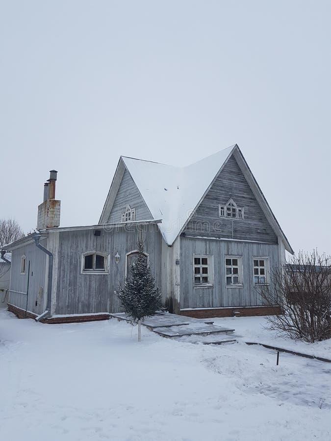 Haus im Schnee im Winter Suzdal, goldener Ring, Russland, ländliche Architektur lizenzfreie stockfotos